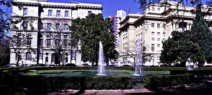 Fontes da Praça da Liberdade. com prédios do Circuito Cultural ao fundo. Um dos principais pontos turísticos de Belo Horizonte.