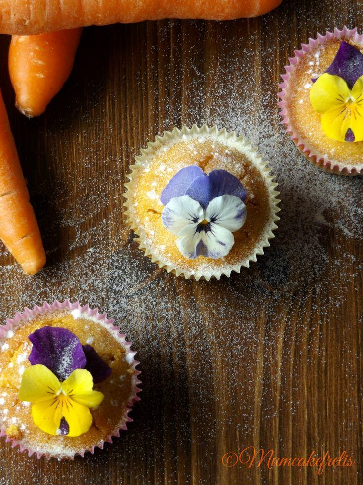 Cupcakes con succo di carote e viole del pensiero - Carrot Cupcakes