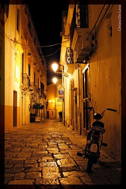 Vicolo di Gallipoli, Salento, Italia (by Chiara Riccia, via Flickr) province of Lecce , Puglia region Italy