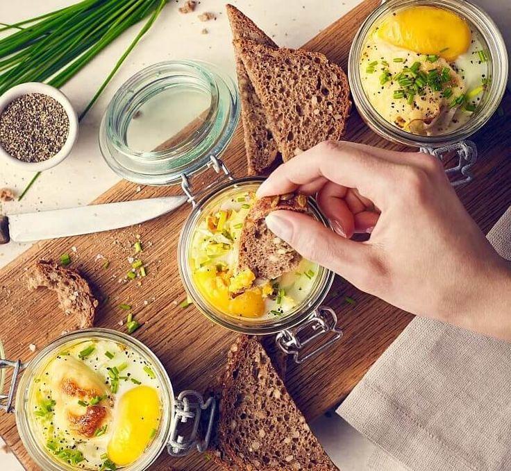 Zastanawiasz się, jak w nowy i niebanalny sposób można podać jajka? A co powiesz na jajka zapiekane w małych słoiczkach, razem z pomidorami i wędzonym boczkiem lub szynką? To przekąska, która wygląda imponująco, smakuje wspaniale, a do tego jest bardzo łatwa do przygotowania. W sam raz na wiosenne śniadanie!