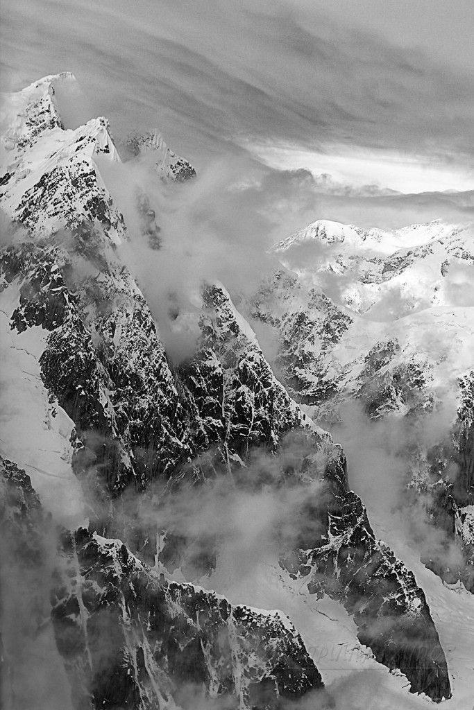 Пик Мак-Кинли, (6194м) на Аляске — высочайшая точка Северной Америки, очень труден для восхождения. Сильнейшие ветры, низкая температура, быстроменяющаяся погода, километровые стены надежно стерегут эти места от неподготовленного вторжения.