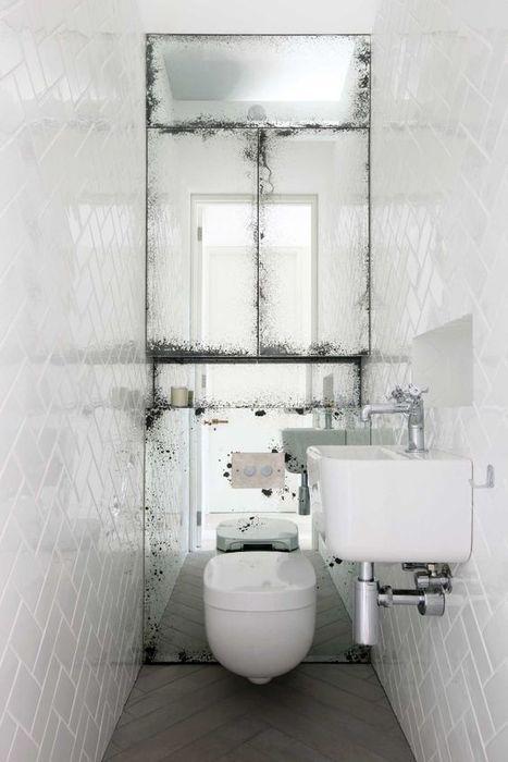 Зеркало в санузле устанавливают намного реже, чем в ванной комнате, а зря. Оно способно подарить пространству реальную перспективу, сделать комнату светлее и глубже. Особенно, если установить большое зеркало на всю стену, противоположную входной двери.