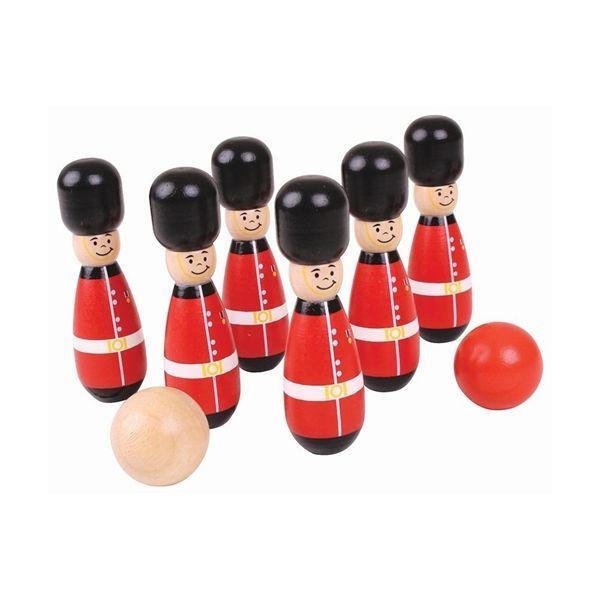 Guardsman Skittles. Questi birilli in legno sono delle  guardie reali inglesi ritte sull'attenti. Tocca a voi prendere bene la mira e…  buttare a terra l'intera truppa! Acquistabili su http://www.giochiecologici.it/c/46/giochi-allaperto