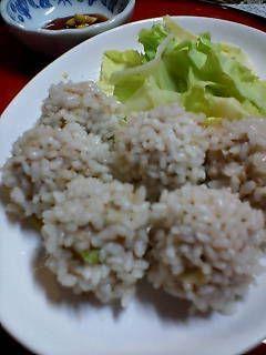 簡単♪豚挽肉の♪もち米シュウマイ♪        しゅうまいの皮の代わりにもち米で♪簡単でしかも普通のシュウマイよりも美味しいの♥   2009.1.19話題入りしました♪   ペぱーみんとてぃ       材料 (約25個)   もち米 1カップ    豚挽き肉 400g    塩 小1    玉ねぎ(みじん切り) 1/2個    ●オイスターソース 小1    ●こしょう 少々    卵 1個    水 大1/2    春キャベツ 適量    からし醤油 適量        作り方    1   もち米を洗って水に30分位浸したら、ザルに上げて水を切っておく。     2   挽肉は最初に塩だけ加えて、ネバリが出るまで、グルグル混ぜ、ネバリが出てきたら卵を加え、またグルグルに混ぜて、水を加えてまた混ぜたら、みじん切りの玉ねぎを加え●を加える。     3    ピンポン玉くらいに丸めたら、①のもち米にころころまぶす。     4  湯気の上がった蒸し器にキャベツの半量をしいた上に団子を乗せ最初はやや強火で5分蒸し、その後中火にして10~15分蒸す。     5…