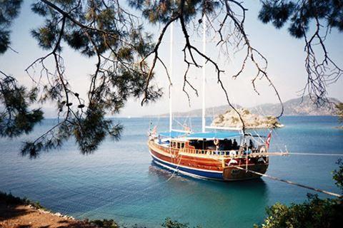 Blue Cruise&Sueno Beach  Description: Uw hut Een gület boot is tussen de 19 tot 24 meter lang en u heeft dus aan boord beperkt ruimte. Dat is uiteraard ook de charme van een vaarvakantie. De hutten zijn tussen de 5 en 8m2 en hebben een 2 persoonsbed (sommige boten hebben hutten met 2 losse bedden echter kunnen wij u dit voor vertrek niet toezeggen) een raampje een kleine douche met toilet en een kleine kledingkast. Aan boord zijn er maximaal 6 tot 8 hutten. Aan boord wordt u verwend door een…