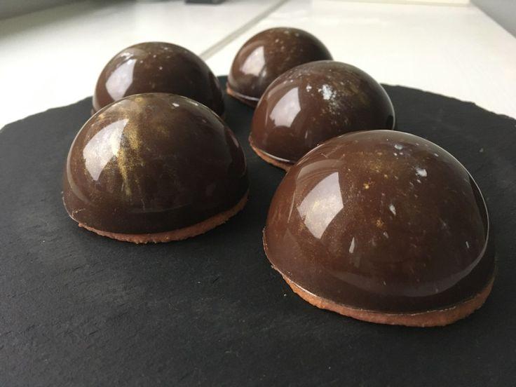 Friske, hjemmelavede flødeboller med den sprødeste chokolade.. Så blir det altså ikke bedre :-) De stikker de industrielle med længder… og så er de altså ret nemme at lave. Det der netop gør …