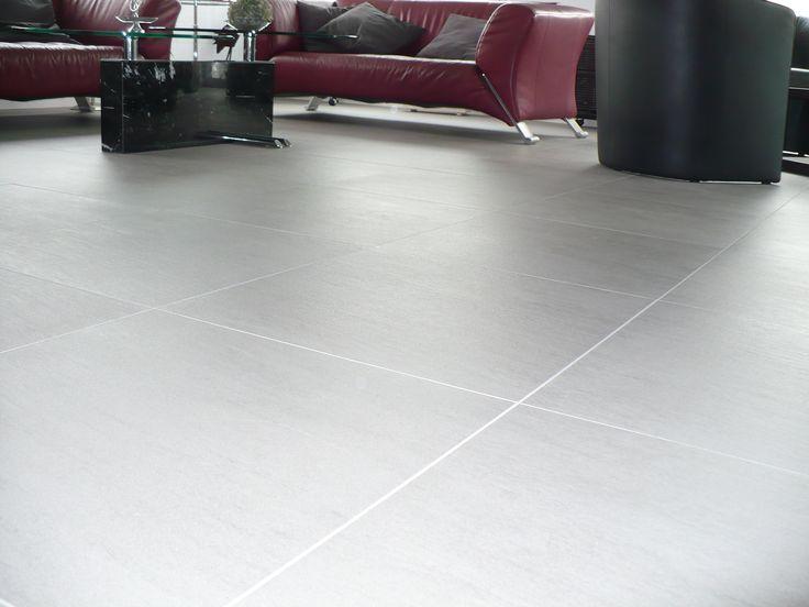 Woonkamer vloertegels grijs strak met lichte voeg