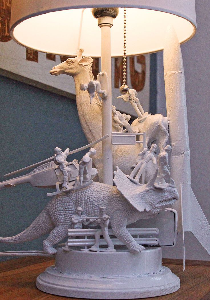 Die entzückende Skulpturenlampe, die Sie aus alten Spielzeugen herstellen können