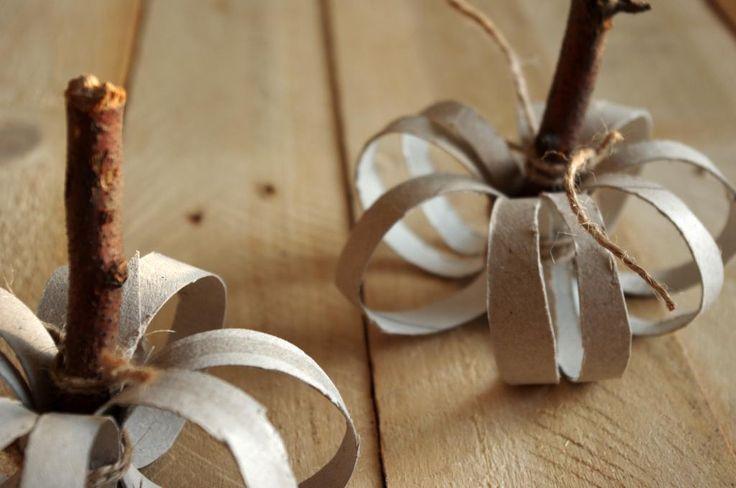 """Dýně z papírových ruliček - Kartónové ruličky od toaletního papíru jsme nastříhali na """"kroužky"""". Ty jsme naskládali k době, doprostřed vložili krátký kus suché větvičky a svázali provázkem, vše je tedy bez lepení. ( DIY, Hobby, Crafts, Homemade, Handmade, Creative, Ideas)"""