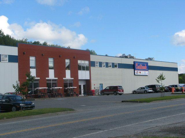 <p>La laiterie Coaticook se spécialise dans le fromage et la crème glacée. Fondée en 1940, l'entreprise loge dans ces locaux depuis 2004 seulement. On y trouve aussi un comptoir de vente où l'on peut se procurer leurs produits.</p>
