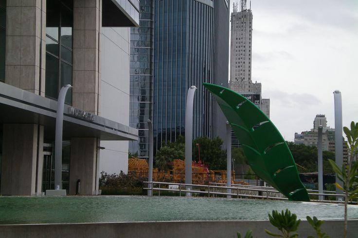 Escultura Metálica: Hoja. Edificio Banco ICBC, Puerto Madero, Buenos Aires, Argentina