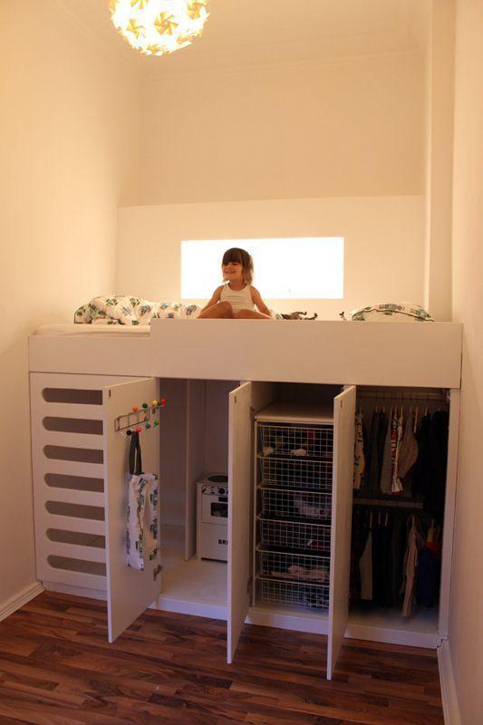 집을 꾸밀 때, 아이들의 방은 거의 가장 작은 방이 당첨되곤 하죠 :) 짐도 얼마 없고, 아이들도 조그마니까요 ㅎㅎㅎ 그래서, 어쩌다보니 침대 하나 겨우 들어갈 만한 공간을 아이방으로 꾸며야 할 때도 옵니다. 어떻게 해야 좀 더 넓어보이고, 깔끔하고 예쁘게 꾸밀 수 있을까~ 그런 때, 필요한 팁~~~ 인터넷에 있어서 가져왔네요 ㅋ 1. 지나치게 커다란 옷장이나 협탁, 책상은 사지말고, 최대한 심플하고 작은 디자인을 골라라~ 2. 컬러는 요란하지 않고 심플하게~ 3. 조명은 큰 것 하나보다 간접조명을 여러개 사용하면 좋다 4. 침대 벤치, 서랍이 딸린 침대, 스토리지가 있는 협탁 등, 한 가구에 스토리지 기능이 있는 걸 구매하라 5. 침대 다리는 안보이게 하는 것이 깔끔~ 6. 큰 액자 등으로 벽의 한 면을 강조하면 방이 넓어보인다 요런걸 신경쓰면 넓어보인다는데 :) ㅎㅎㅎ 사진들도 몇장 가져와보았습니다. 위에는 좀 어른스러운 디자인, 밑은 좀 아이스러운 디자인이예요.