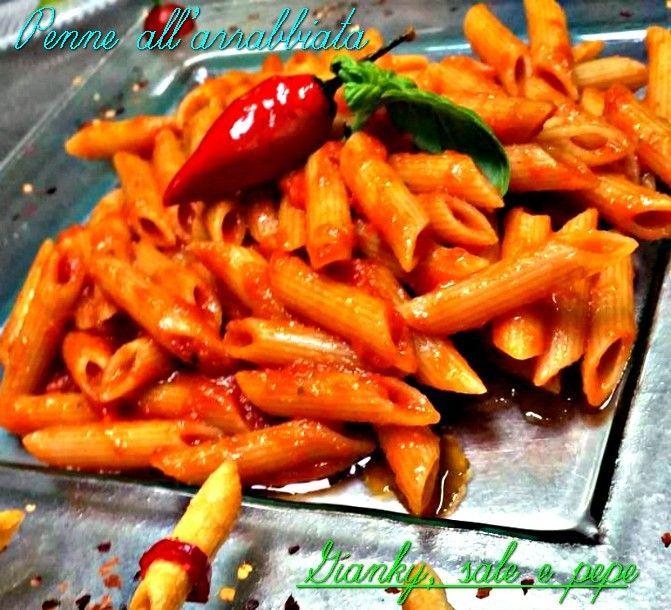 """Le penne all'arrabbiata sono un primo piatto di pasta tipico del Lazio, preparato con un condimento a base di sugo piccante, aromatizzato al peperoncino.E' una preparazione semplice, ma di grande effetto e, insieme ai classici s""""spaghetti aglio, olio e peperoncino, rappresentano la soluzione più facile e sbrigativa per preparare un primo veloce,"""