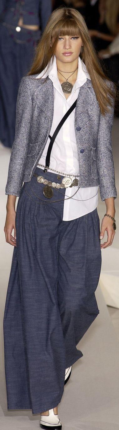 White collar shirt, grey jacket, navy pants, white shirt, chain belt, silver necklace, pink lip, eyeliner, black bracelet