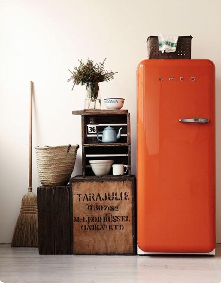 Frigo rétro et orange pour une cuisine vintage et colorée