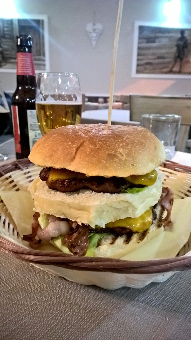 Panino #gourmet , Il #Mascagni : doppio hamburger, insalata,  cheddar, bacon, cipolle caramellate, salsa barbecue by #Amadeus