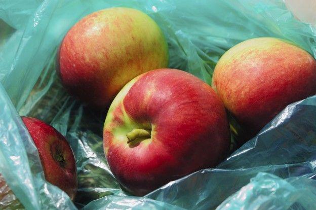 Acelerar o amadurecimento Às vezes acontece de você comprar frutas que ainda não estão completamente maduras. Mas uma vez em casa é possível fazer com amadureçam mais rápido. Como? Coloque suas frutas num saco de papel e junte bananas e maçãs. As bananas e maçãs desprendem um gás (etileno) que faz as frutas amadureçam. Este método é ideal para acelerar o amadurecimento dos kiwis, mangas ou peras. Excelente, não?