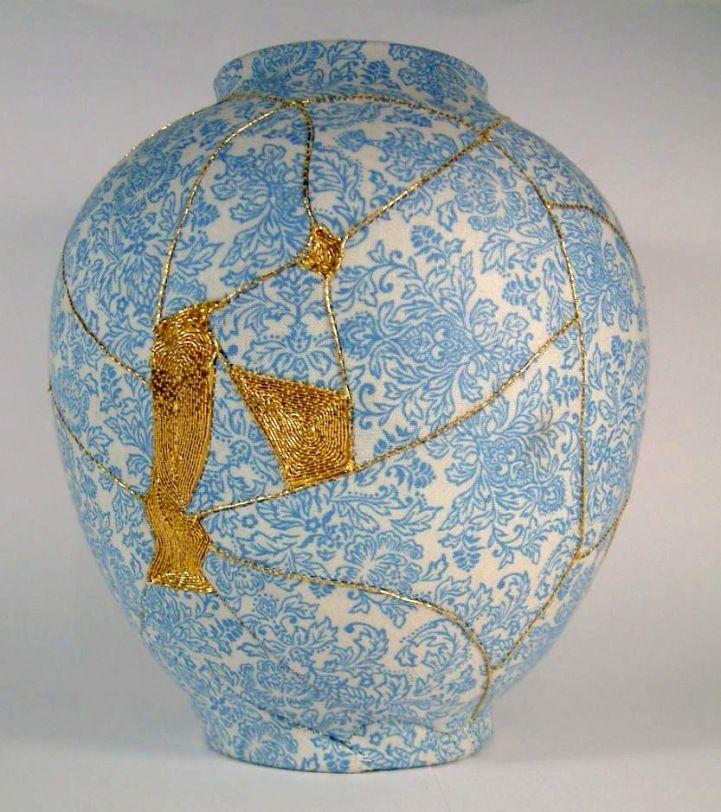 Des réparations de vases en brodant des fils d'or - http://www.2tout2rien.fr/des-reparations-de-vase-en-brodant-des-fils-dor/