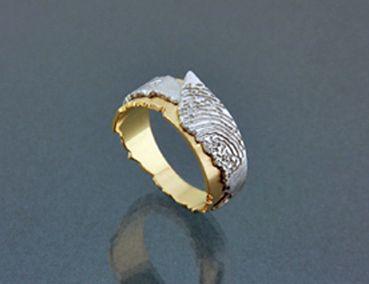 """Ring met vingerafdruk, gemaakt uit twee lagen wit en geel goud. Met typische DIART """"Klif"""" , grillige randen. DIARTdesnign.nl"""