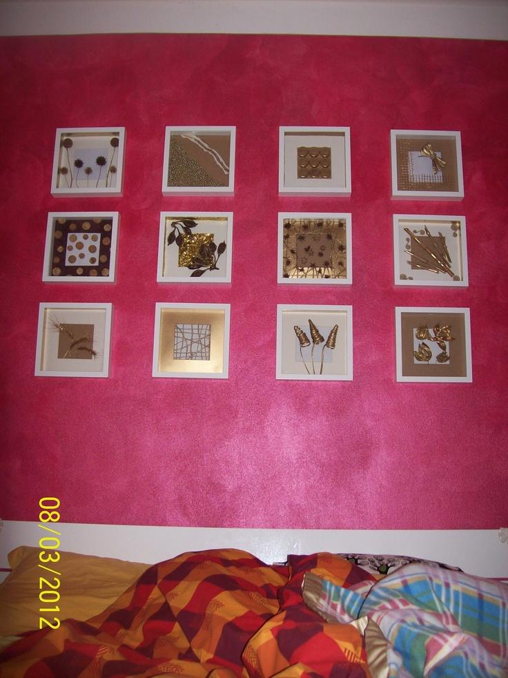 ...e la parete dietro al letto a tema: cornici profonde, materiali di riciclo e oro a volontà
