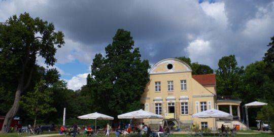 BERLIN, Guthaus Neukladow - Kaffee und Kuchem in historischem Ambiente mit Blick auf Wannsee und Havel, Das direkt am Wasser gelegene Anwesen im idyllischen Landschaftpark, wird auch für kulturelle Veranstaltungen genutzt wird