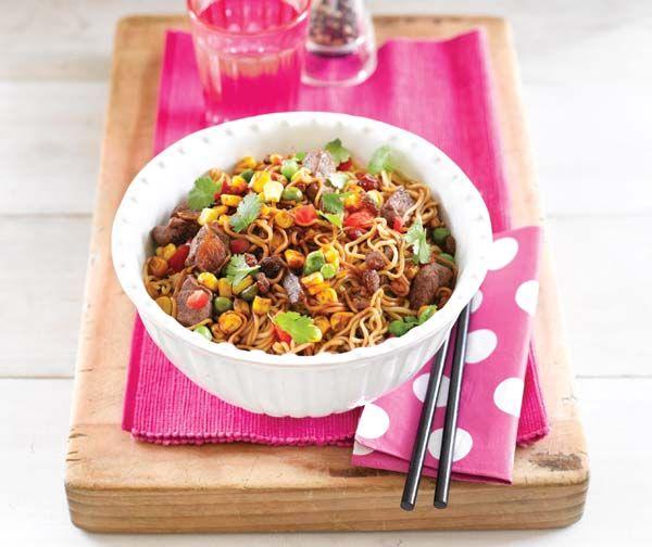Recept: geroerbakte biefstukreepjes met noedels en rozijnen