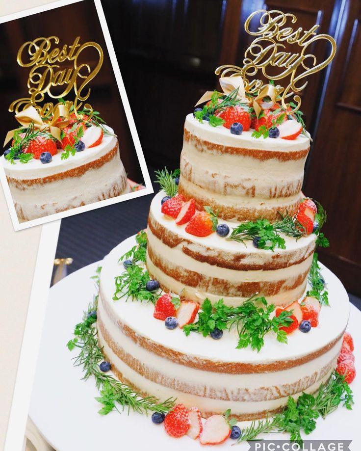 ✩ #ウェディングケーキ 詳細 . 憧れだったネイキッド ・三段丸型 ・クリームの固さ(垂れるのNG) ・クリームのかすれ具合(焼き目を見せて!) ・緑を入れる ・フルーツは苺とブルーベリーのみ というオーダーで 写真もたくさん持っていって お願いしました\(∗ ¨̮ ∗)/ . ケーキトッパーもすごく映えてて 嬉しすぎる❤️ . 会場後方からケーキが登場した時 あたしが1番興奮してたな . 前にいたカメラマンさんが ケーキの登場の時 ダッシュで撮りに行ってくれてて もう感謝でした❤️ . . . 迎賓館は決まったケーキが何パターンかあって 一番安いのが 900円(×人数)でした! . 私のケーキはオーダーケーキになるのですが 1300円の三段の苺ショートがプランにあったので それにアレンジを加えると言うことで そこまで高くならず 1400円でした 元々900円(×人数)分は割引があったので 差額の500円(×人数)がケーキのお値段です\(∗ ¨̮ ∗)/ . 横浜迎賓館のお友達も増えたので 参考までに(*´˘`*)❣❣ ✩ ✩ #結婚式 #卒...