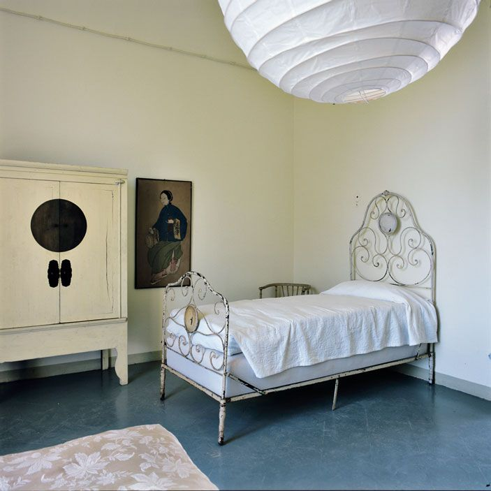 casa Piacenza Marina Sinibaldi Benatti 02: Camere eclettiche. Nelle stanze da letto, che occupano il primo piano dell'ala padronale del complesso, sono assemblati arredi antichi, come gli armadi ottocenteschi,  e complementi moderni