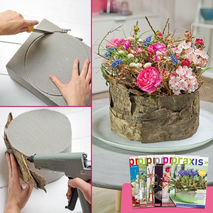 Wie gefallen euch die Frühlingsblüten im Rindenzylinder? Aus der Trockenblumensteckschaum-Platte eine flache Zylinderform ausschneiden. Kirschbaumrinde mit Heißkleber um den Zylinder kleben. Dann den oberen Bereich ausgestalten. Mehr Ideen gibt es in unseren PRAXIS-Ausgaben!