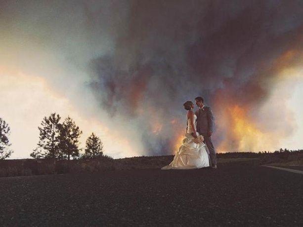 これぞ本当のアツアツ夫婦!「山火事」を背景に撮影した結婚写真