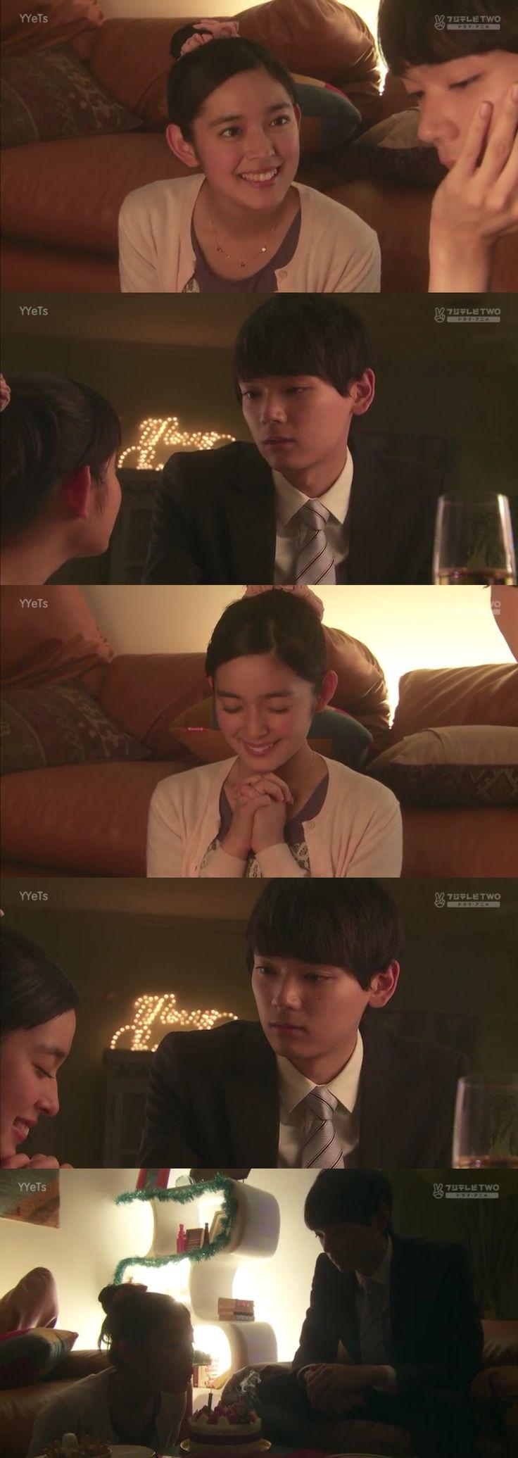 """Kotoko: """"Irie-kun, gracias"""". Naoki: """"No era para ti"""". Kotoko: """"Pero es un pastel para 2"""". Naoki: """"Sólo coincidencia"""". Kotoko: """"Deberías pedir un deseo de todos modos""""- él mira hacia otro lado. Naoki vuelve a mirarla: """"Entonces, pide uno tú"""". Kotoko: """"¿Puedo?""""- él asienta. Ella sonríe, junta las manos, cierra los ojos mientras piensa en su deseo, mientras Naoki la mira intensamente. Kotoko abre los ojos y sopla las velas, quedando completamente a oscuras - Itazura na Kiss Love in Tokyo, Ep 11"""
