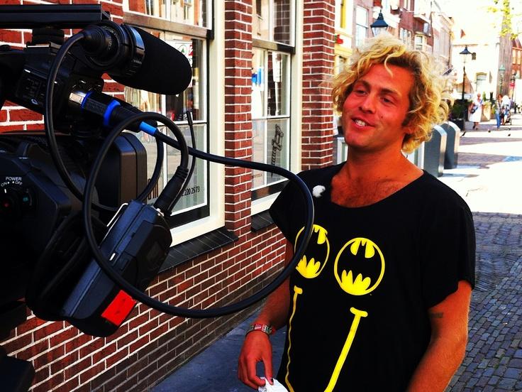 Paul Turner, finalist in the Voice of Holland, presenteert in een nieuw tv-programma. Hij is hier aan het werk in de rosse buurt van Alkmaar op woensdag 22 augustus 2012.