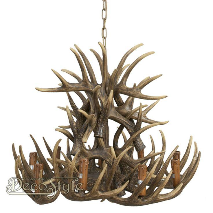 Gewei Hanglamp (80CM)  Karakteristieke Hanglamp met herten geweien. Voorzien van 9 lichtpunten. Met 9x kleine fitting (E14 Max 25W).   Materiaal: Polystone   Kleur: Bruin  Afmetingen: Diameter Gewei: 80 cm Hoogte lamp: 80 cm Hoogte met ketting: 150 cm