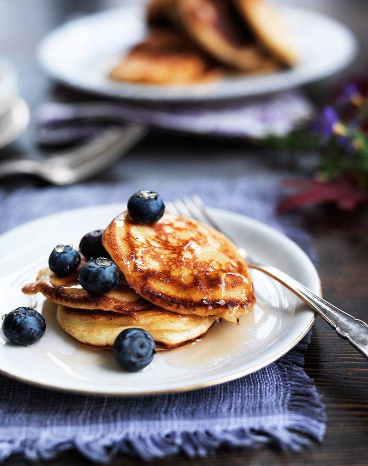 Amerikanska pannkakor är mindre och tjockare än våra svenska pannkakor, men minst lika goda. Ät dem till frukost eller brunch och servera med blåbär och lönnsirap.