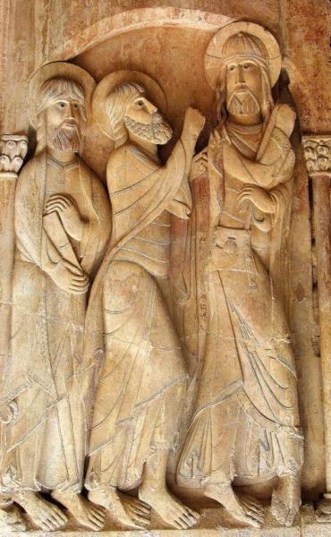 Discípulos de Emaús, Relieve Románico S. XI - Claustro Inferior de Santo Domingo de Silos. Primer taller silense. La escultura carecía de naturalidad y a menudo eran cuepos frontales y desproporcionados.