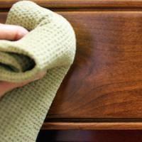 Votre vieille table en bois aurait besoin d'un coup de nettoyage ?  Pas besoin d'acheter un produit spécifique. Pour enlever les résidus et lui redonner un bon coup de jeune, sortez du vinaigre blanc et de l'huile d'olive. Découvrez l'astuce ici : http://www.comment-economiser.fr/nettoyer-table-en-bois.html