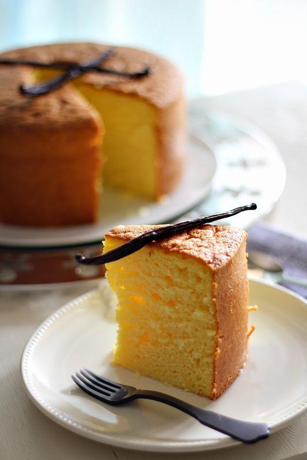 """La Chiffon Cakeè una torta americana altissima e super soffice. La sua caratteristica principale è la morbidezza e proprio per questo è stata soprannominata daMonicaZacchia del blog Dolci Gusti""""Fluffosa"""". Monica è una garanzia per i dolci, fa delle torte che sembrano esplodere"""