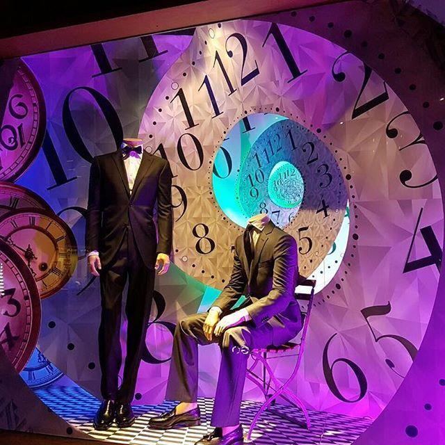 """Saville Row se viste de navidad este 2016 """"Tiempos pasados, presentes y futuros"""" #savillerowofficial #savillerow #christmas #window #windowstore #srwindows #windowdisplay #design #2016 #tiempo"""