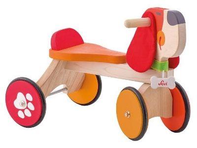 Sali in sella al bellissimo triciclo Baby Doggy di Sevi! Decorato con il simpatico musetto sorridente di un cane, è robusto e realizzato completamente in legno.