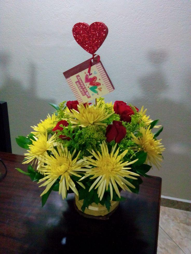 Arreglos florales, rosas rojas, crisantemos amarillos, solidago, rusco.