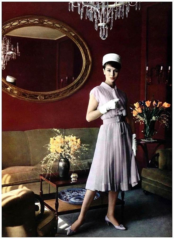 フィリップ・ポティア撮影、ピエール・バルマンのドレスを着たソンドラ・ピーターソン。
