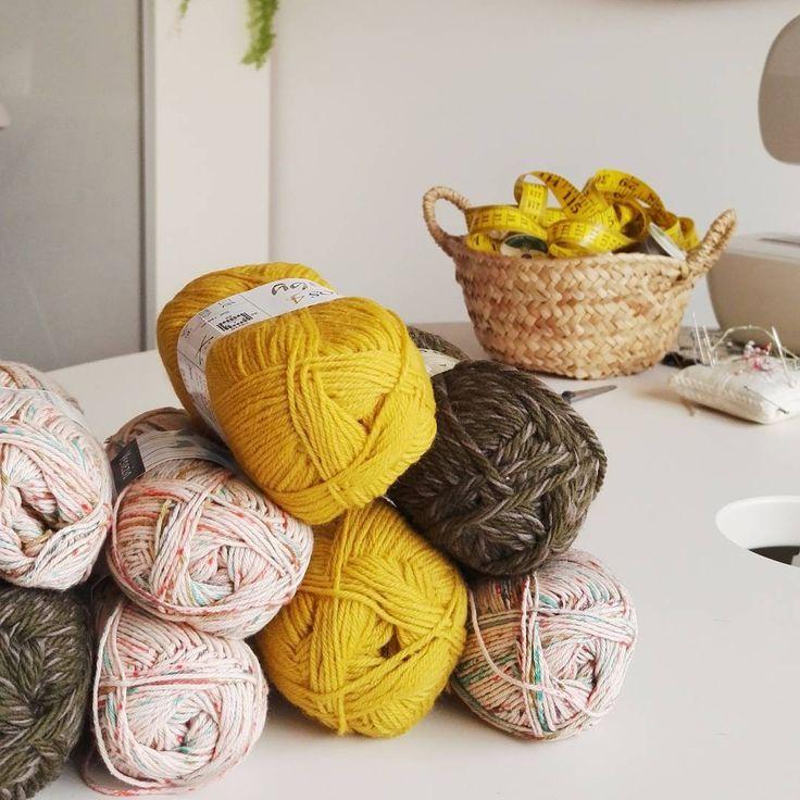 "40 Gostos, 1 Comentários - Adriana Oliveira (@mundoflo) no Instagram: ""Embracing Fall #knitting #yarn #rosarios4 #simplepleasures #creativespace #studio #handmadelife"""