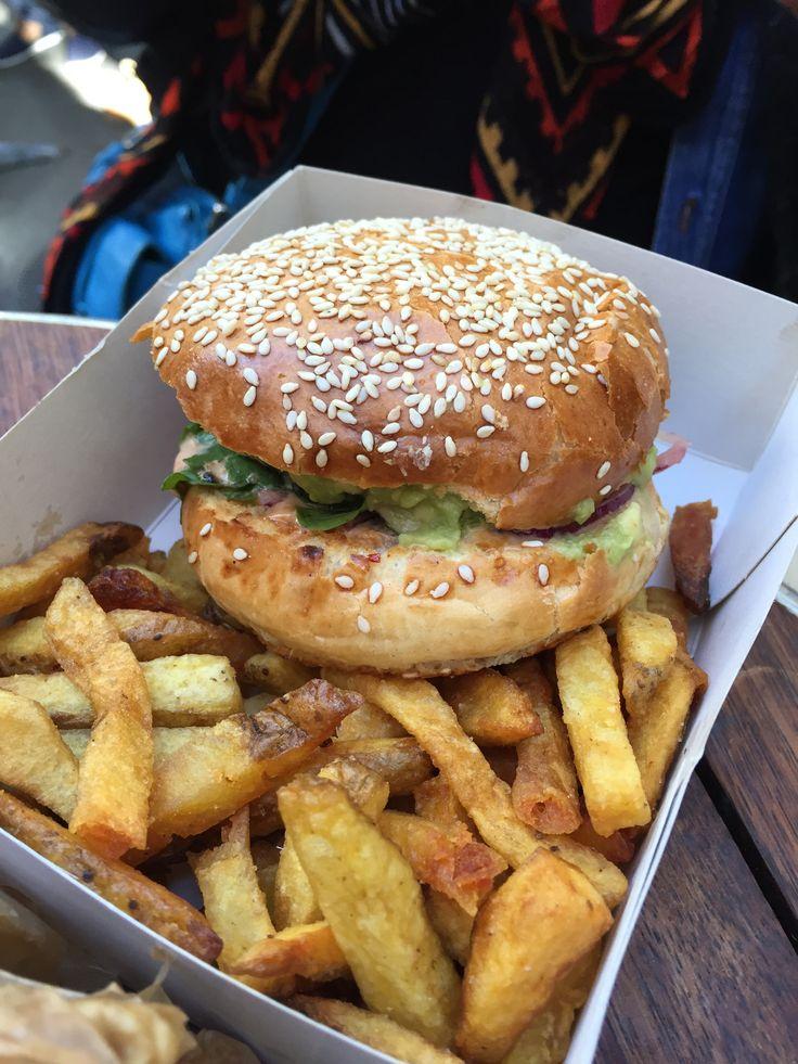 Un burger cuisiné avec nos Légumes Moches par Cantine California.  #Intermarché #LégumesMoches