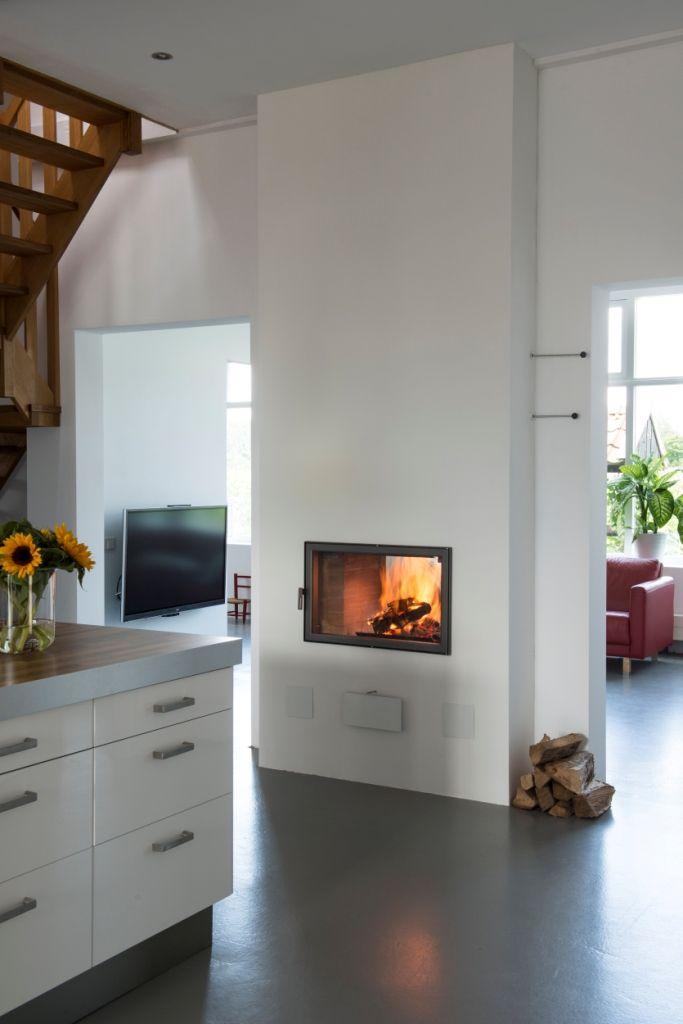 Doorkijkhaard in de keuken en geplaatst als afscheiding tussen keuken en woonkamer. Finoven met stralingswarmte via kachelbouwer.nl