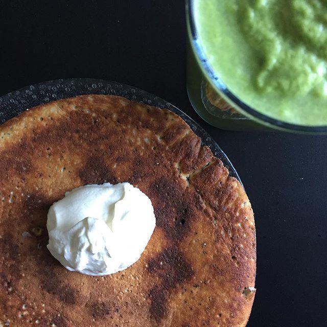 LUNCH deLuxe! @jonascolting s bananomelett addad med lite grädde och en grön Kebnekajsesmoothie från @food_pharmacy ... #lunch #omelett #banan #ägg #chiafrön #kokos #kanel #blåbär #grädde #recept