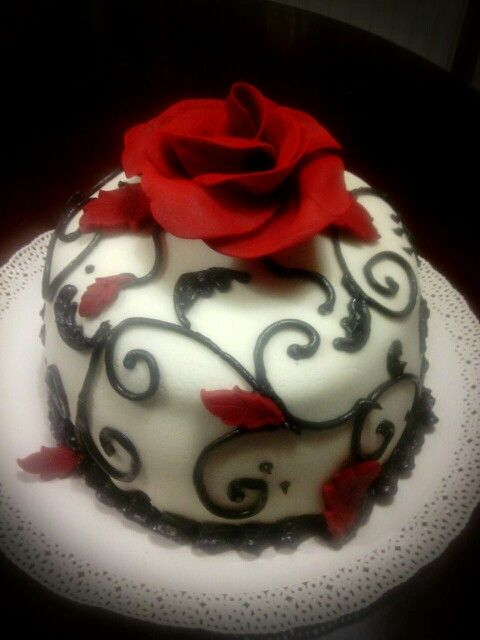 Elegant fondant cake,gum-paste rose...Black-white-red cake... Elegáns,egyszerű  fekete-fehèr-piros torta cukor-rózsával...