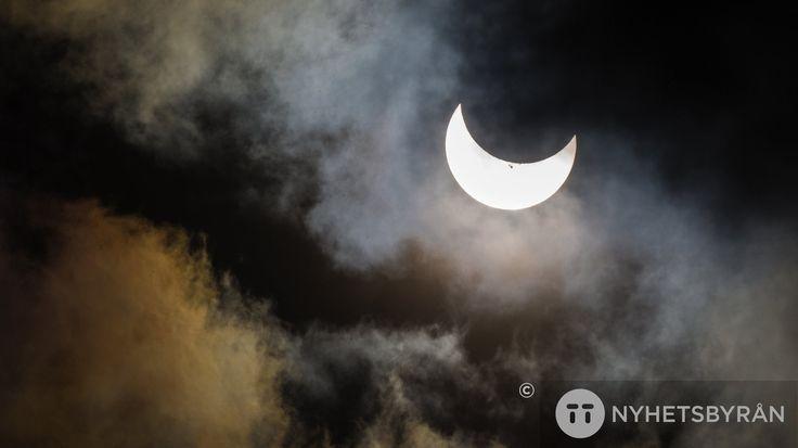 Fredagen den 20 mars 2015 är det vårdagjämning. Men det är också solförmörkelse! Solskivan kommer att täckas av månen - men inte helt, här i Sverige. För ...