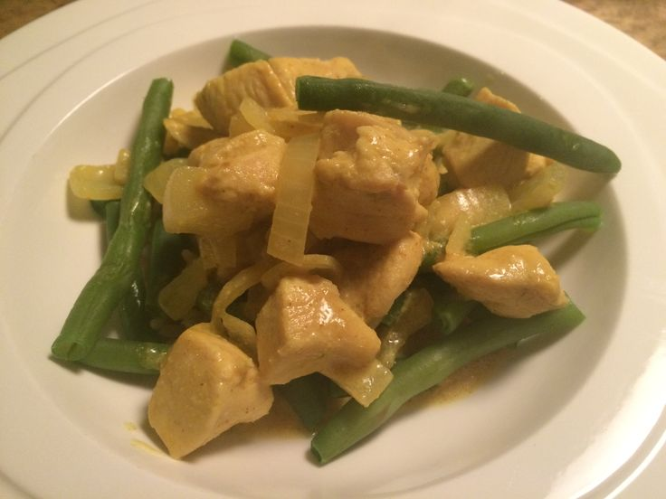 Maak eens iets anders met dit recept: kip met kerrie en kokos. Heerlijk met wat sperzieboontjes en zilvervliesrijst. Eet smakelijk!