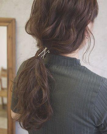こちらもカールさせた髪で低めポニーテールを作ったあと、結んだヘアゴムを髪の毛で隠しピンで留めたアレンジ。シックな色合いのハイネックを合わるとピンが引き立ち、アクセントになります♪