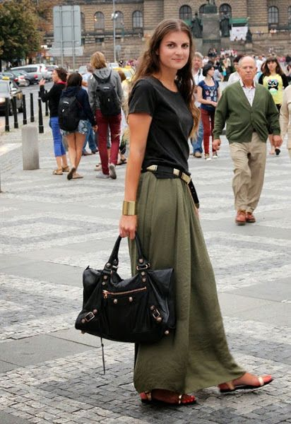 5 Looks con una falda larga color kaki o caqui